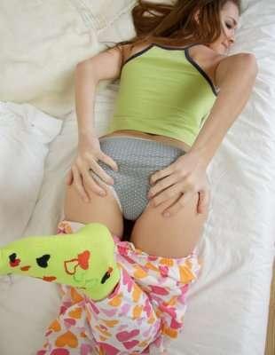 Молодая красотка мастурбирует в пижаме